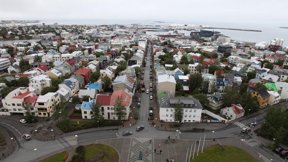 Obyvatelé Reykjavíku mají nejen velmi levnou energii a teplo, ale v zimě nemusejí bojovat s ledem a sněhem, neboť ulice a chodníky v centru města jsou vyhřívané.