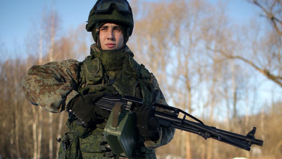 Rusko testuje program Rotnik, kombinaci neprůstřelné uniformy, nových pušek a počítače.