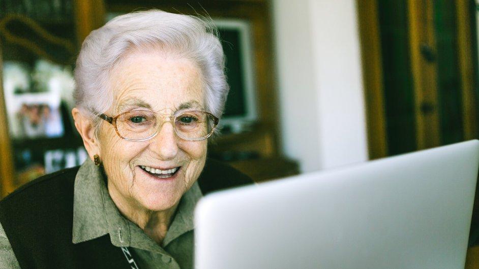 IT dovednostem se mohou senioři učit doma. (ilustr. foto)