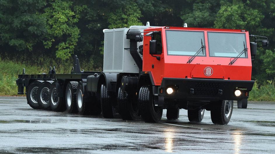 Tatra pro Německo: I rekordně dlouhá osmnáctimetrová tatra před cestou do zahraničí musela na pár minut získat české značky.