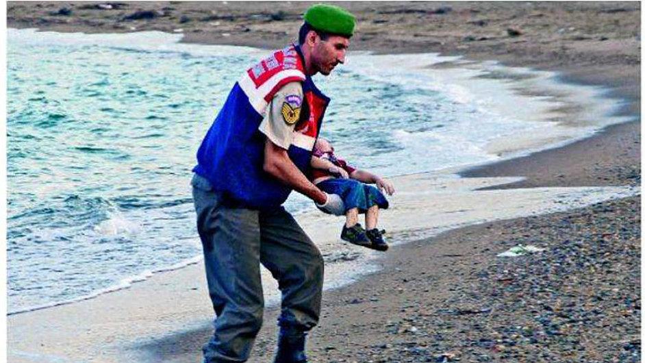 Smrt v moři: Titulní strany britských deníků přinesly fotku tříletého Syřana, který se zřejmě utopil na cestě uprchlíků do Řecka.