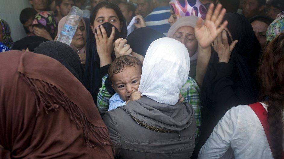 Malý chlapec pláče uprostřed potyček mezi afghánskými a syrskými uprchlíky o prioritu při registraci v přístavu ostrova Lesbos.