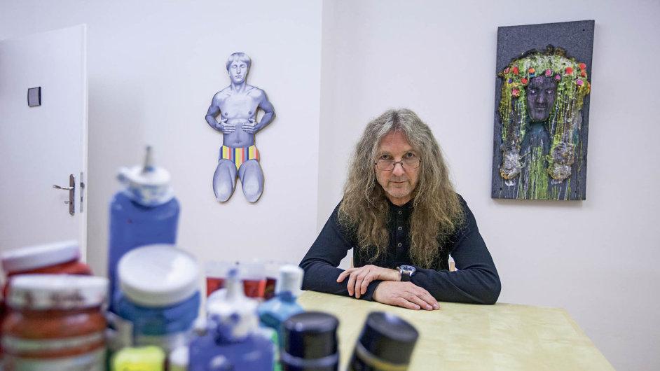 Tomáš Lahoda učí žáky ve škole Art's Cool, jak se zbavit zábran a najít spontaneitu.