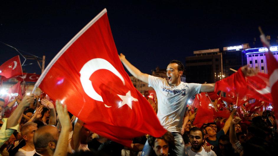 Stoupenci tureckého prezidenta Erdogana na Taksimském náměstí v centru Istanbulu oslavují odvrácení pokusu o vojenský puč.