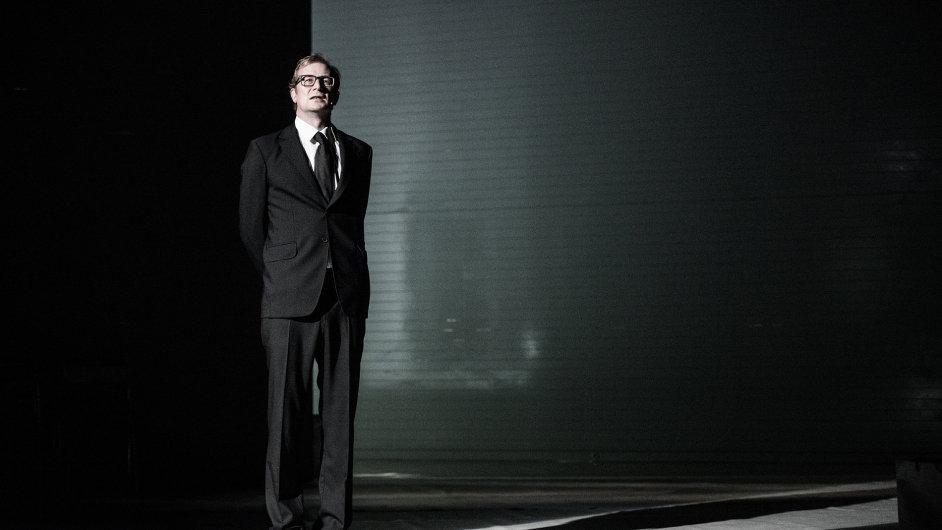 Snímek z inscenace Spalovače mrtvol v pražském Národním divadle.