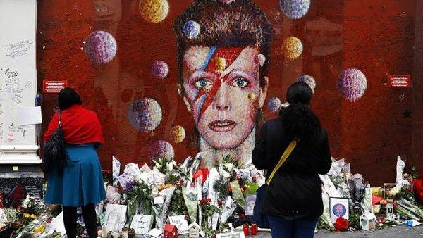 Na snímku je nástěnná malba na domu na jihu Londýna, která připomíná zpěváka Davida Bowieho.
