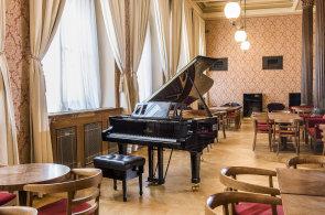 Zápisky protivného hosta: Café Rudolfinum otevřelo po rekonstrukci. Nabízí domácí sýry i med ze střešních včelínů