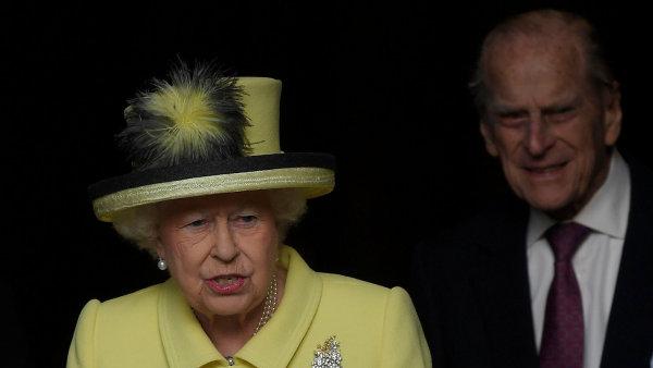 Královna Alžběta II. by už ve čtvrtek měla podepsat zákon o brexitu (vlevo její manžel princ Filip).