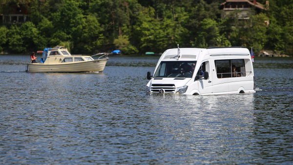 Obojživelný minibus Enjoy Sprinter postavený na podvozku Mercedes-Benz
