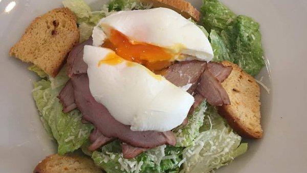Farmářský salát s uzeným kachním prsem a ztraceným vejcem.