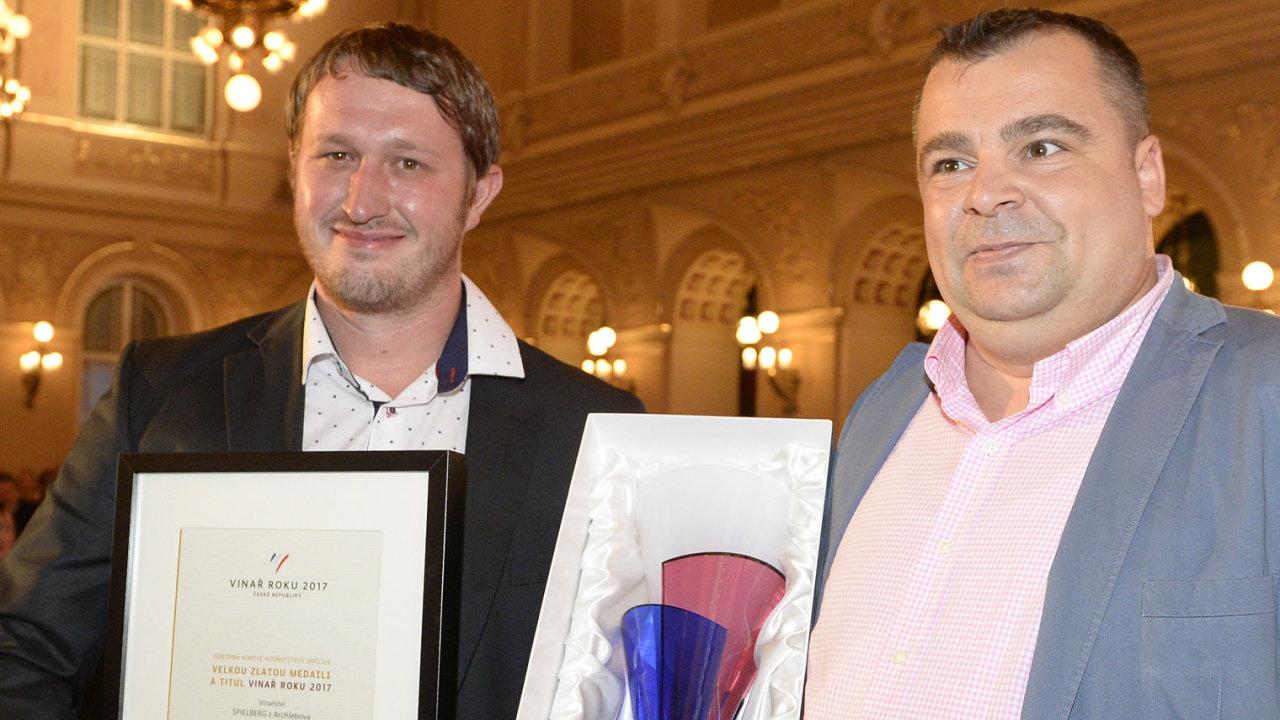 Zleva sklepmistr Ondřej Konečný a obchodní zástupce a sommeliér vítězného vinařství Spielberg Martin Žůrek.