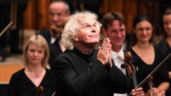 Sir Simon Rattle po čtvrtečním koncertu děkuje publiku, které ho odměnilo potleskem vestoje.