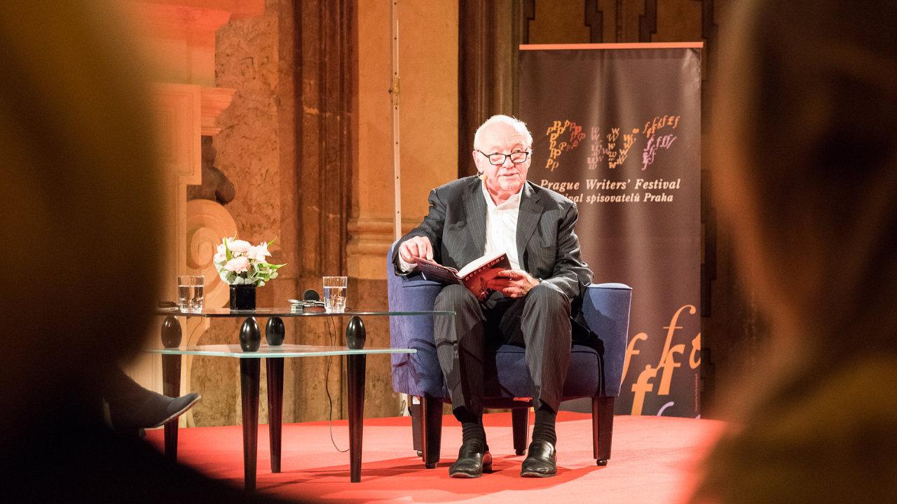 Snímek z debaty s Josephem Kanonem na Festivalu spisovatelů Praha.