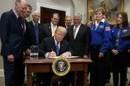 Američané chtějí letět na Měsíc a Mars. Tentokrát to nebude jen o vztyčení vlajky, postavíme základnu, řekl Trump