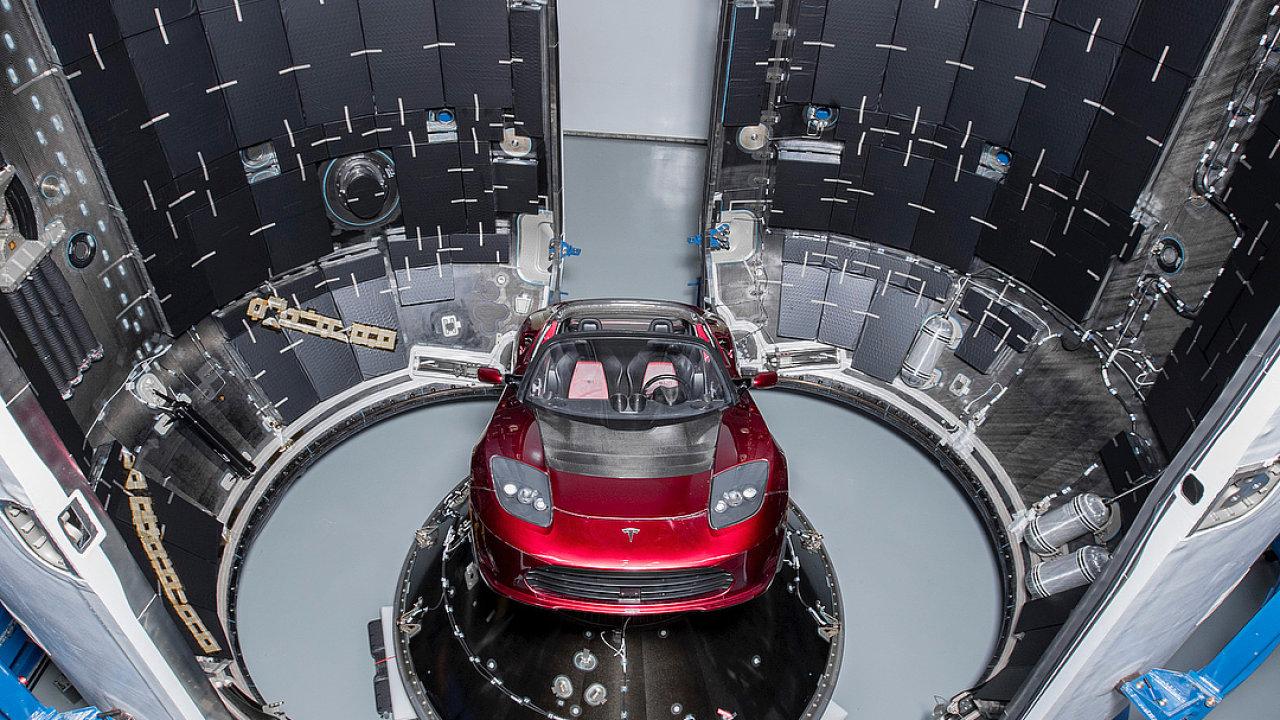 Tesla Roadster míří do vesmíru. Vynese ji tam raketa Falcon Heavy.