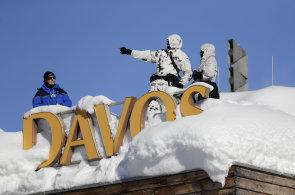 Ve švýcarském Davosu se sešlo Světové ekonomické fórum. Doprovázejí ho protesty a přívaly sněhu
