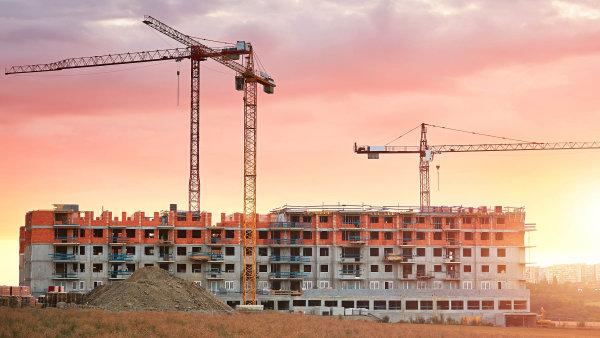 Počet zahájených staveb bytů v červnu meziročně vzrostl o 0,6 procenta na 2632 bytů, počet dokončených staveb bytů však klesl, dostavělo se 2353 bytů.