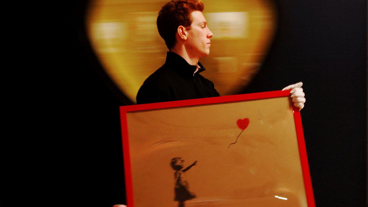 Dílo Banksy nasprejoval na plátno v roce 2006 a nazval jej Girl With Red Balloon (Dívka s červeným balonkem).