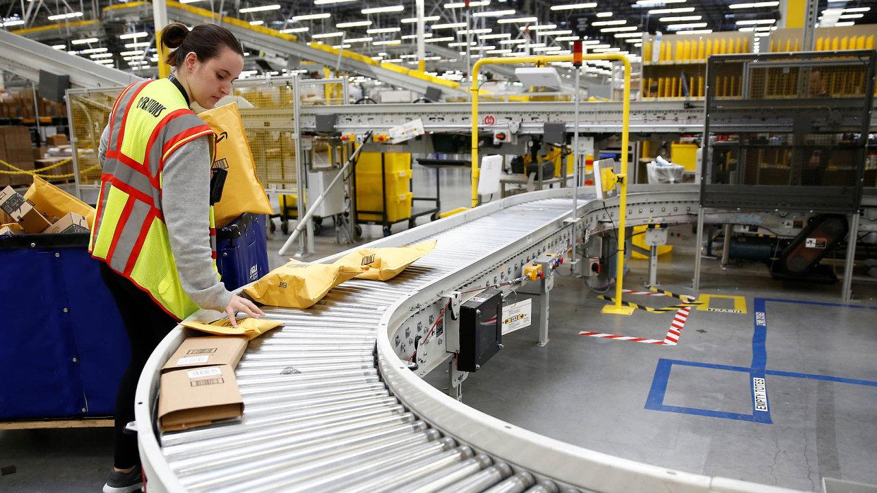 Amazon se vesvých skladech alogistických centrech stále více spoléhá naautomatizaci. Nasnímku logistické centrum vKentu vamerickém státě Washington.