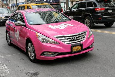 Vůz alternativní taxislužby Lyft.