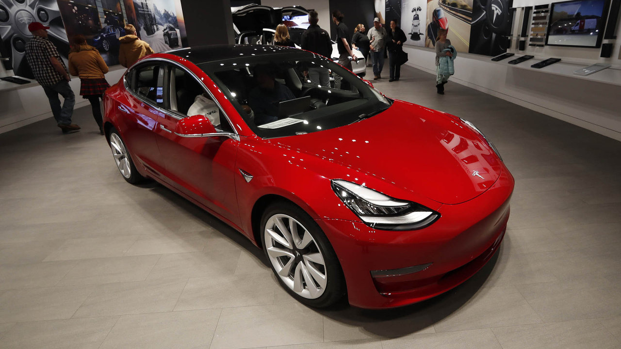 Zbrusu nový Model 3 v autosalonu Tesly v texaském Denveru. Texas patří mezi státy, které přímý nákup aut od výrobce komplikují. V souboji o změnu legislativy Tesla zatím neuspěla.