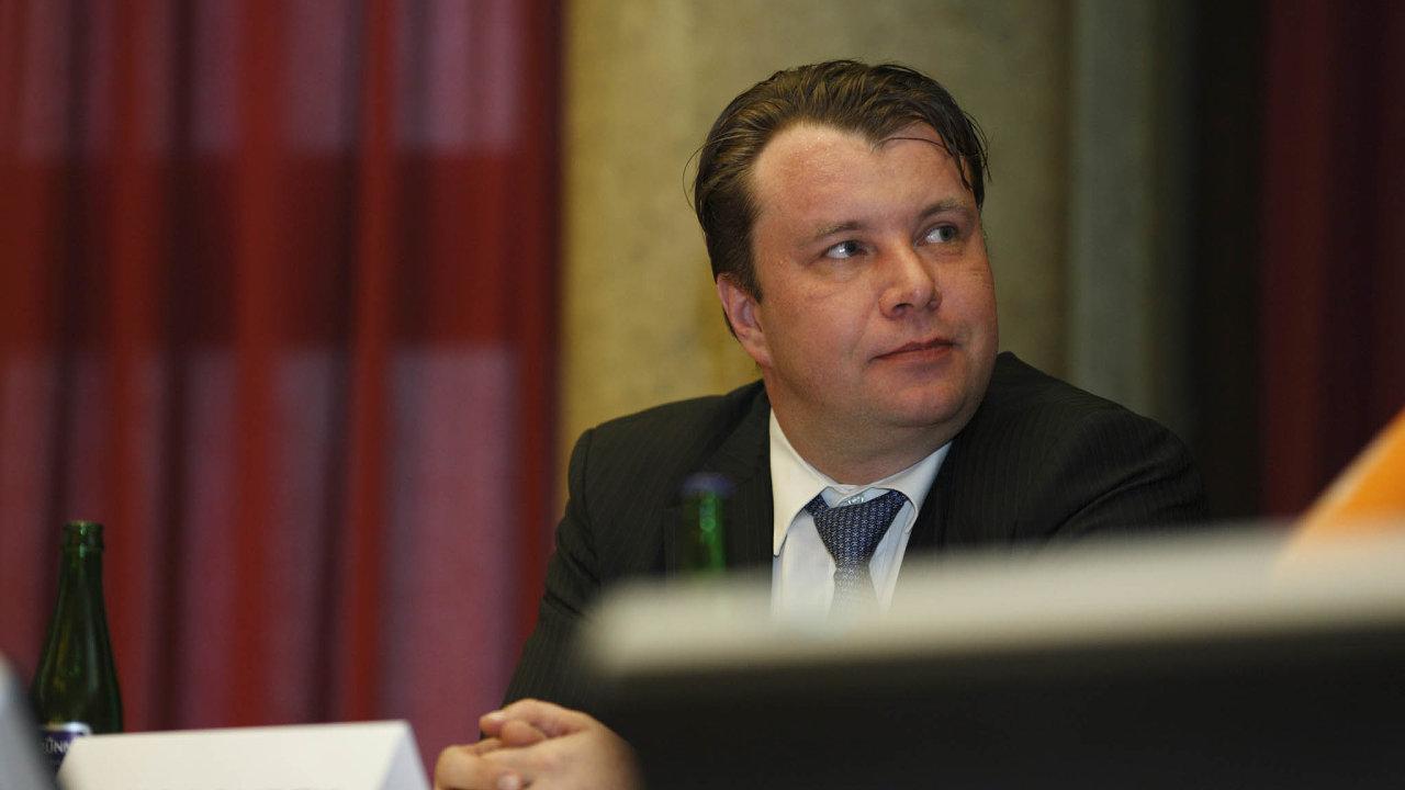Sostudou musel ministerskou pracovnu vpaláci NaFrantišku opustit Martin Kocourek zODS, který vedl ministerstvo průmyslu a obchodu mezi lety 2010 a 2011.