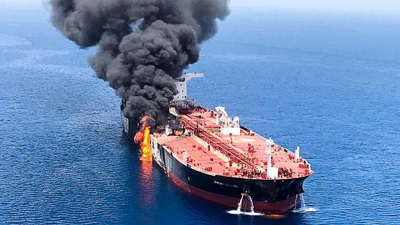 Dva ropné tankery v Ománském zálivu se zřejmě staly terčem útoku.