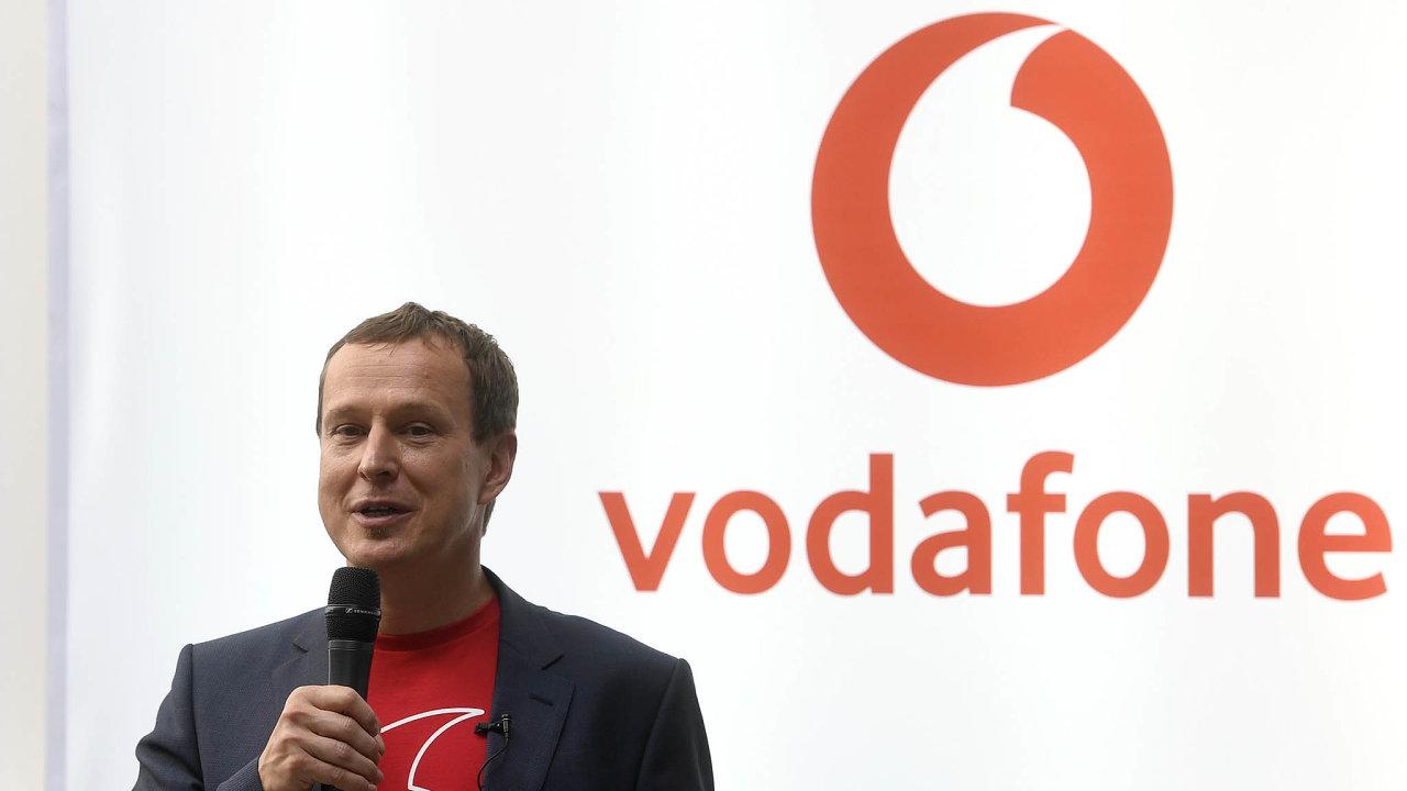 Ředitel Vodafonu Petr Dvořák slibuje pro klienty hodně výhod u mobilního připojení, má to ale současně i hodně podmínek.