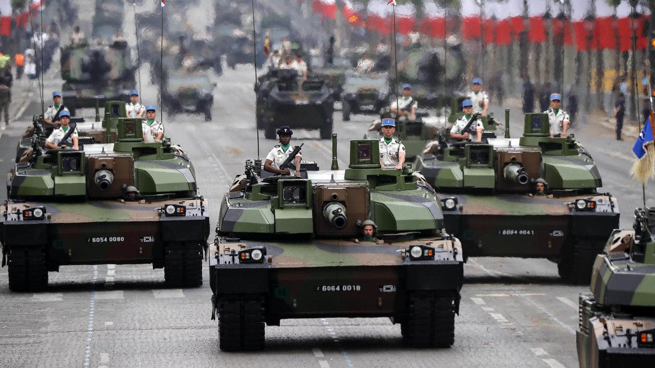 Napařížské třídě Champs-Élysées nechyběly například průjezdy tanků.