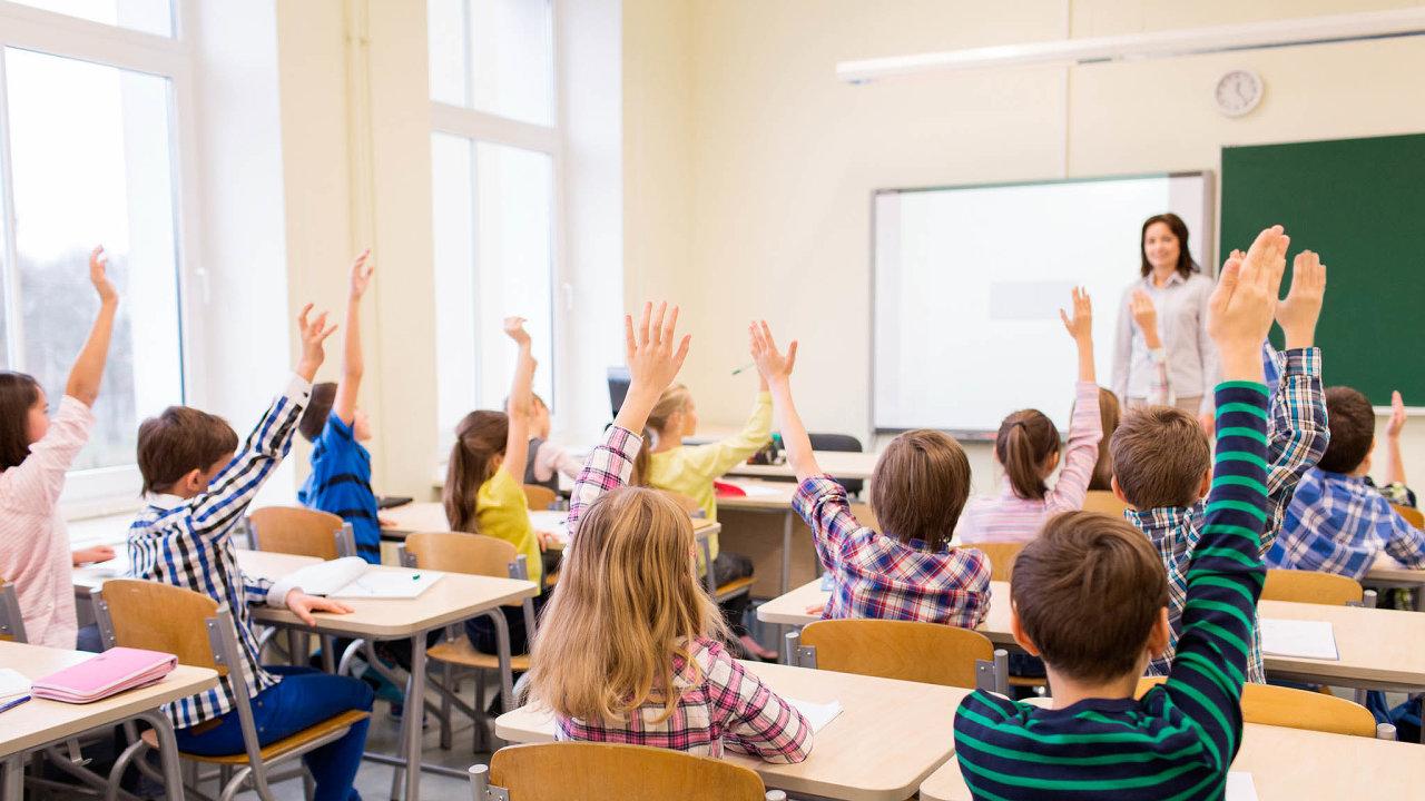 Ředitelé shánějí učitele, kde se dá. Pokud nenajdou vystudované pedagogy, sahají polidech bez kvalifikace.