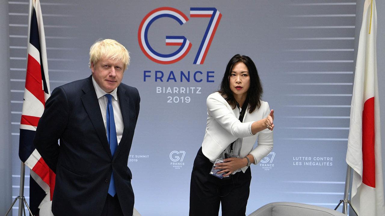 Britský premiér Boris Johnson čeká na schůzku během summitu států G7 ve francouzském Biarritzu.