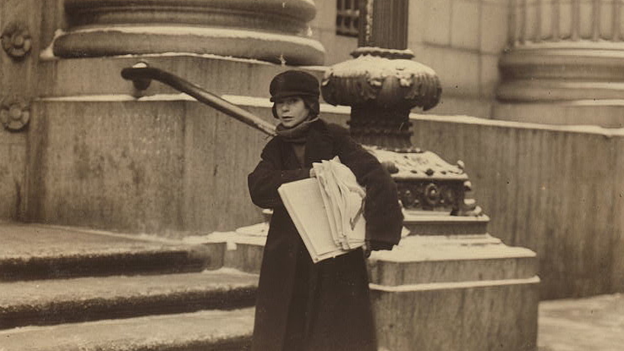 Malý prodavač novin na hlavní třídě. Rochester, New York, únor 1910.