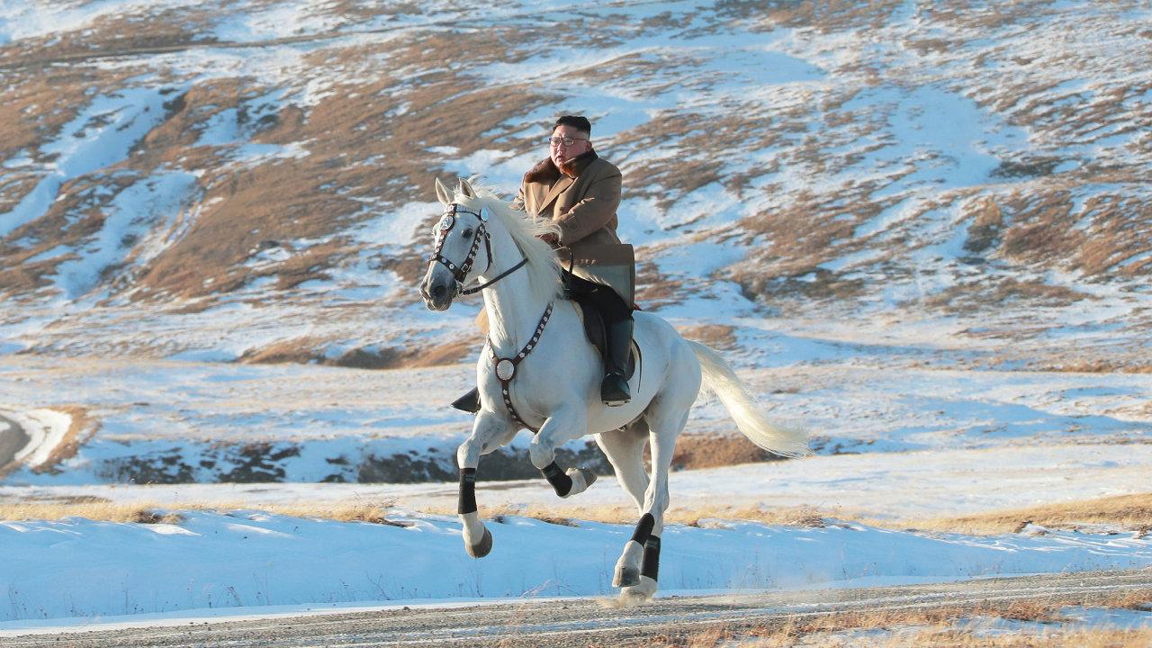 Kim Čong-un stoupá na bílém koni na horu Pektu.