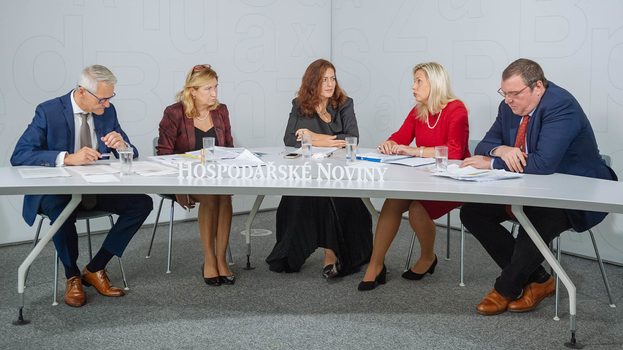 Zleva: Aleš Poklop (Asociace penzijních společností ČR), Eva Zamrazilová (Národní rozpočtová rada), Julie Hrstková (HN), Danuše Nerudová (Komise pro spravedlivé důchody) aMiroslav Singer (Generali CEE Holding).