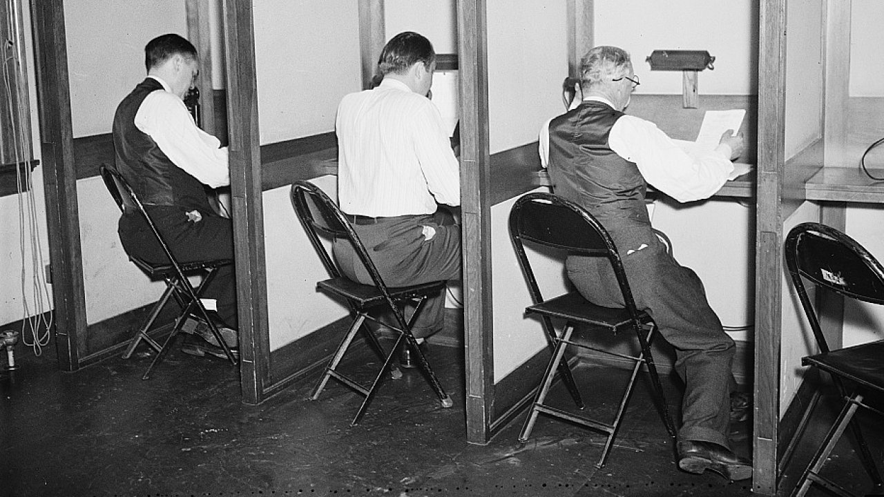 Reportéři telefonují do redakcí. Washington, říjen 1936.