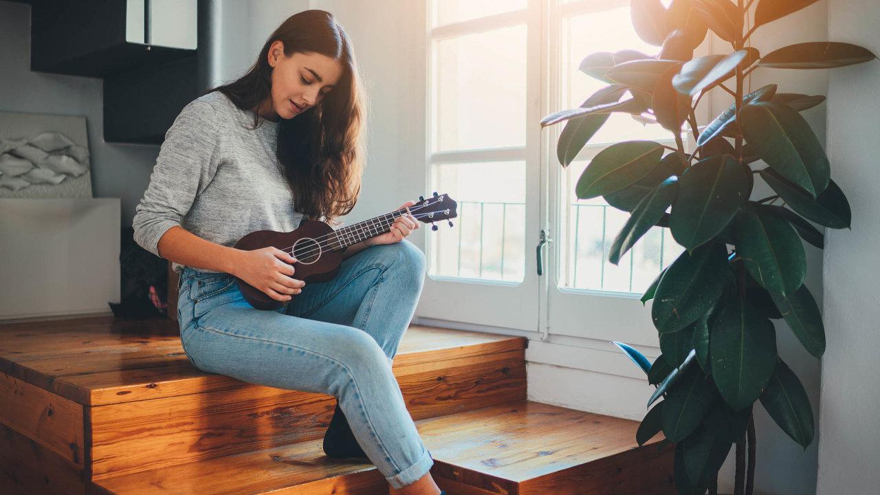 Pokud chcete zkusit něco náročnějšího, vyberte si třeba hru naukulele, vsoučasné době jeden znejpopulárnějších hudebních nástrojů.