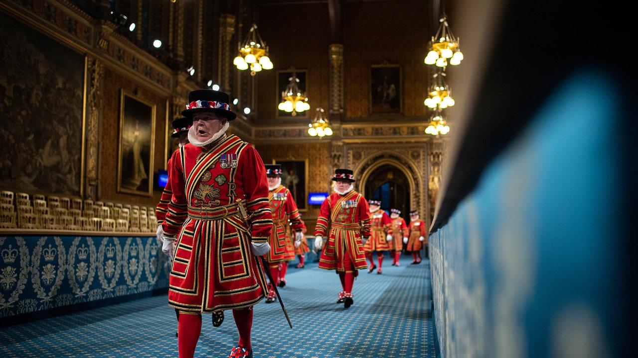 Strážci v ohrožení. Kvůli nízkým příjmům musí vedení londýnského Toweru šetřit a někteří z beefeaters mají být propuštěni.