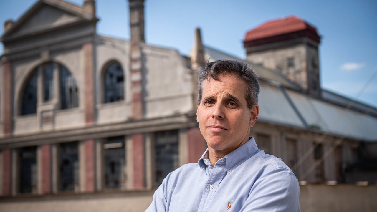 Cukrovarník ze Zvoleněvsi Daniel Spencer chce tamní továrnu navrátit do prvorepublikové podoby.