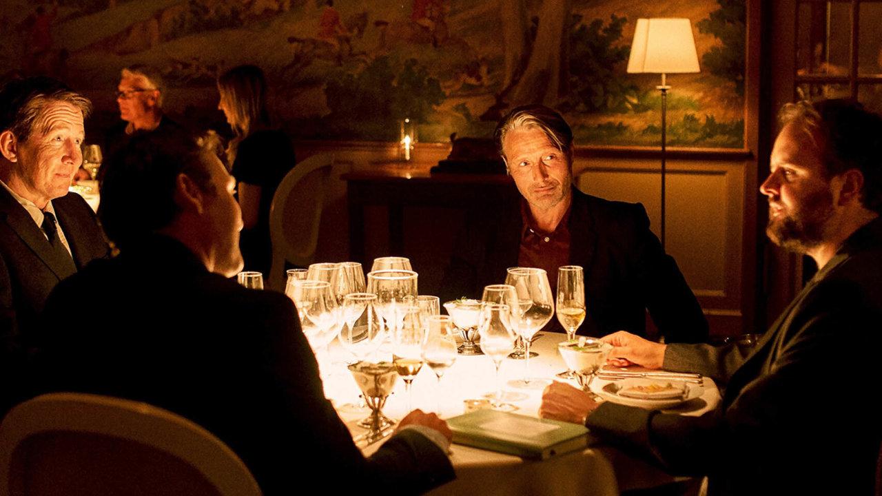 Čtveřice hrdinů dánského snímku Chlast se rozhodne udržovat si stálou hladinku alkoholu v krvi.