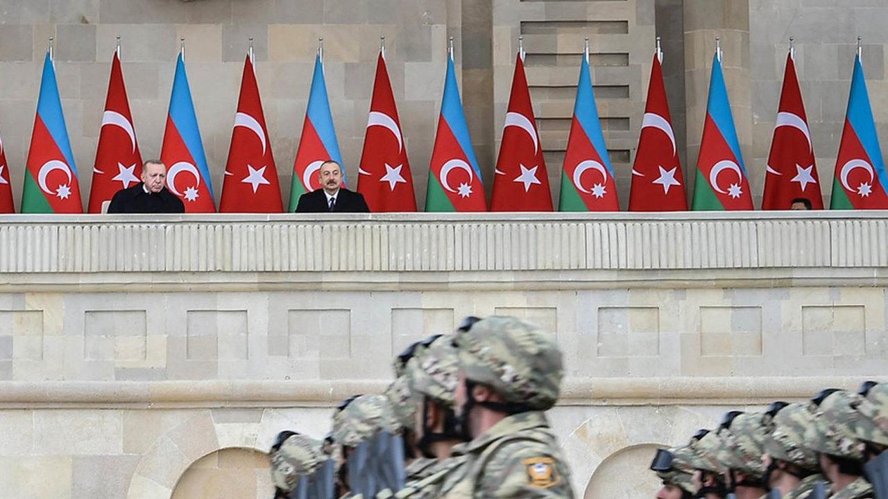 Turecký prezident Recep Tayyip Erdogan (vlevo) napřehlídce vBaku, kde před tribunou projížděla vozidla ukořistěná během války.