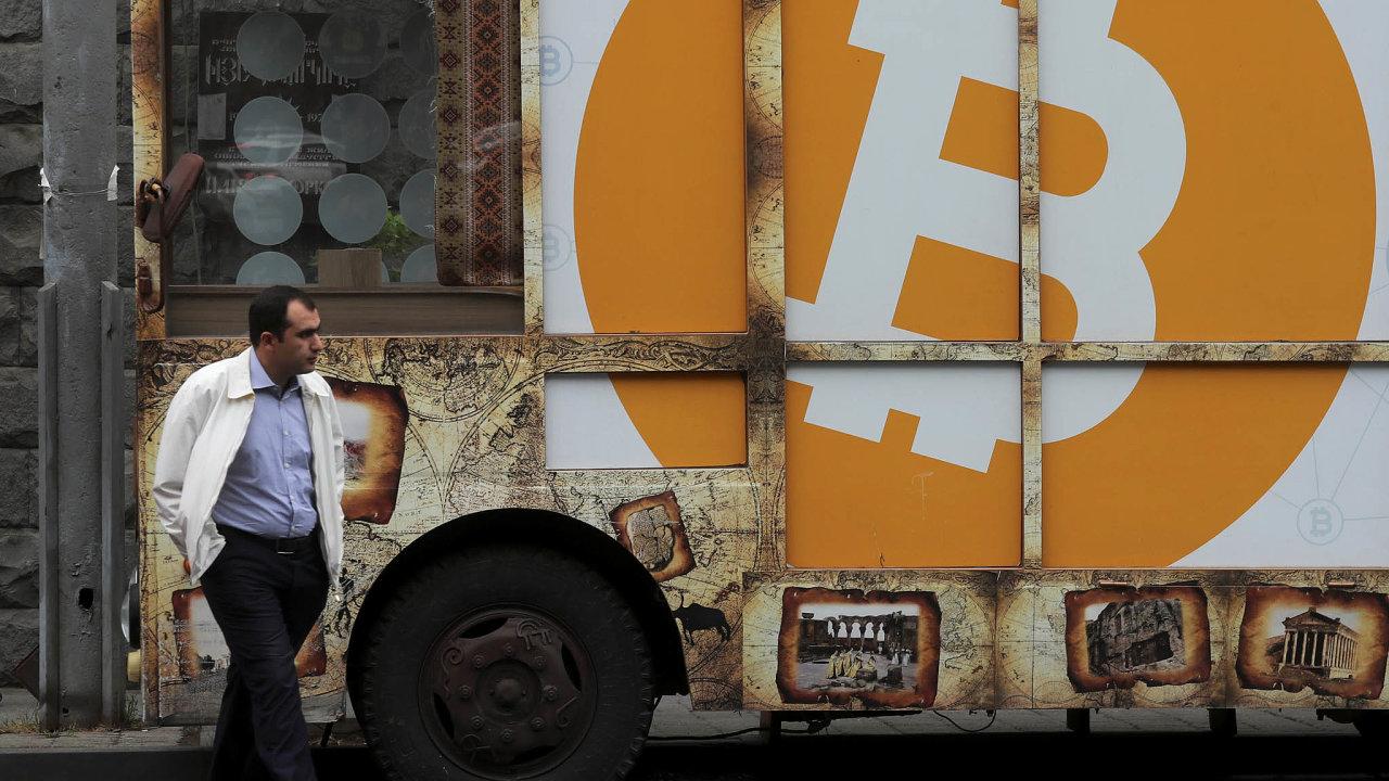 Když už nejde ničemu věřit, je tu kryptoměna Reklama na bitcoin v ulici arménského Jerevanu.