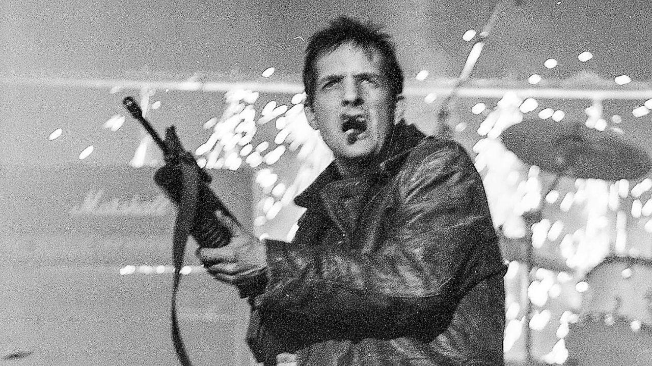 Když v roce 1992 kapela The KLF uzavírala svou kariéru, Bill Drummond při vystoupení na předávání Brit Awards vysypal do publika salvu slepých nábojů ze samopalu.