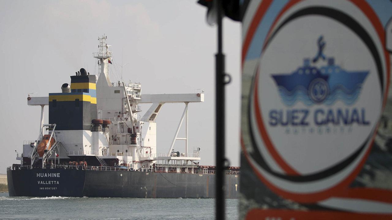 Suezským průplavem prochází přes deset procent světového obchodu (ilustrační snímek).