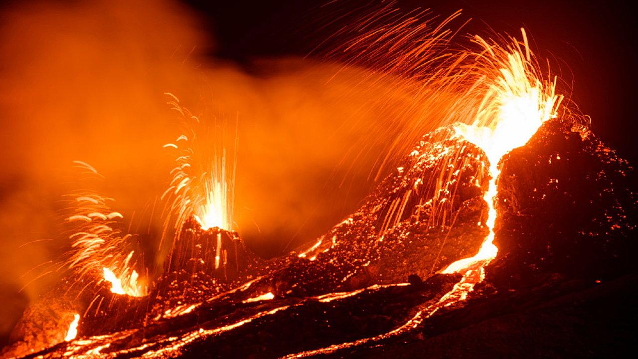 Sopečná erupce v islandském údolí Geldingadalir vypadá téměř jak z jiného světa. A jiný svět vědcům také pomůže zkoumat.