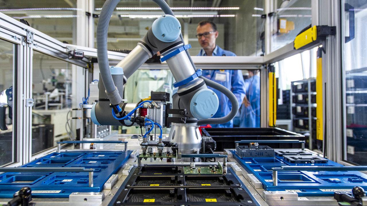 Podle Pirátů robotizace zvýší hodnotu práce, což je nezbytné i pro to, aby méně zaměstnanců bylo schopno uživit rostoucí počty seniorů. Chtějí, aby s automatizací firmám pomohl stát (ilustrační foto).