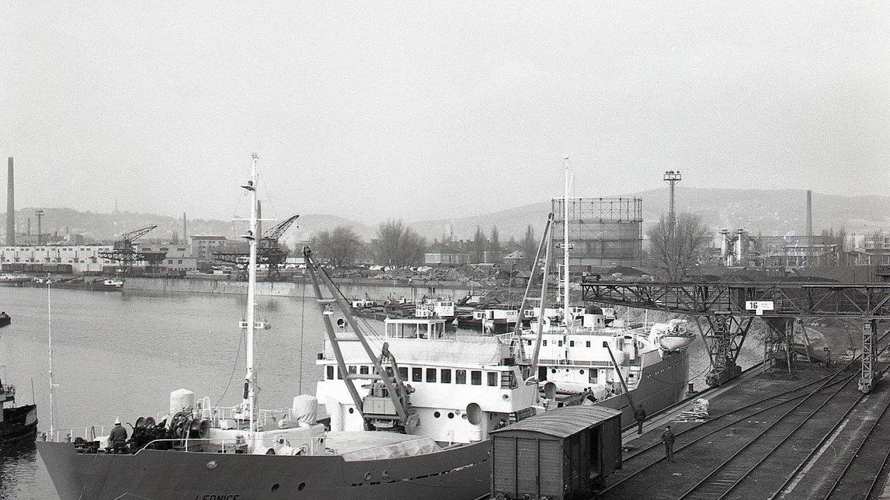 Posádka převzala loď Lednice, kterou vyrobily budapešťské loděnice, dne 4. ledna 1967.