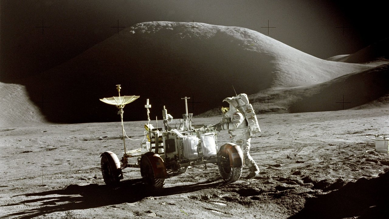 Lunar Rover byl teoreticky schopen ujet až 92 kilometrů. Kvůli bezpečnosti ale astronauti nesměli jet dál než 7,5 kilometru odnávratového modulu. Aby vpřípadě nehody byli schopni vrátit se posvých.