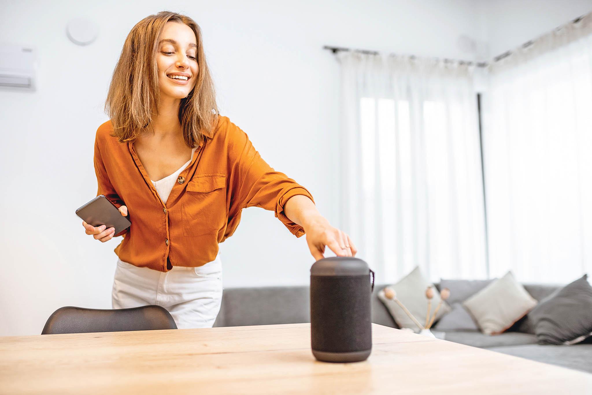 Zajímavým příkladem bezpečnostního rizika mohou být virtuální asistenti ovládaní hlasem. Jejich mikrofon bývá trvale zapnutý a zařízení je připojeno k internetu.