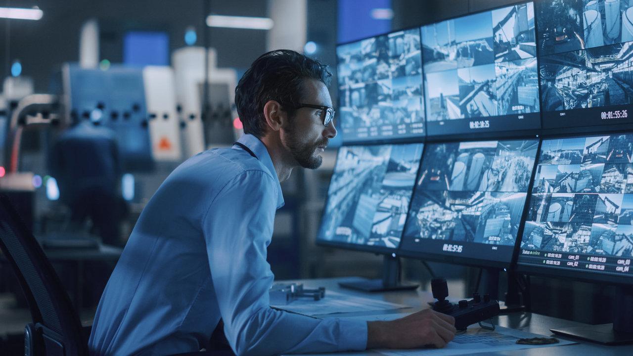 Videoanalytické platformy například mohou vtovárnách monitorovat používání ochranných pomůcek. Mapují také vstupy dozakázaných prostor, požár nebo zranění aupozorní pracovníka sledujícího kamery.