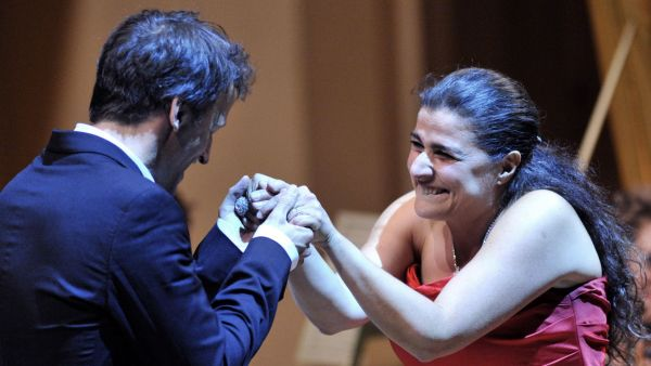 Italská operní hvězda Cecilia Bartoliov a francouzský dirigent Jean Christophe Spinosi při děkovačce po pražském koncertu